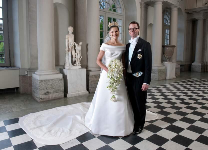 Victoria de Suède (dans une robe signée Pär Engsheden) épouse Daniel Westling en 2010 à Stockholm