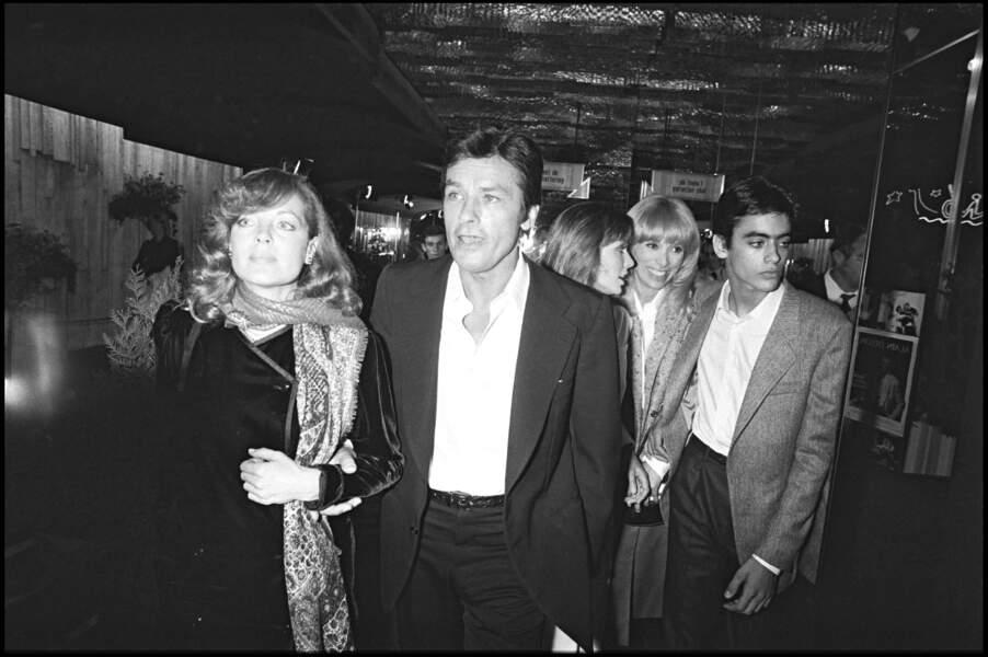 """Romy Schneider, Alain Delon, A. Parillaud, M. Darc et A. Delon à la première de """"Pour la peau d'un flic"""" (1981)"""