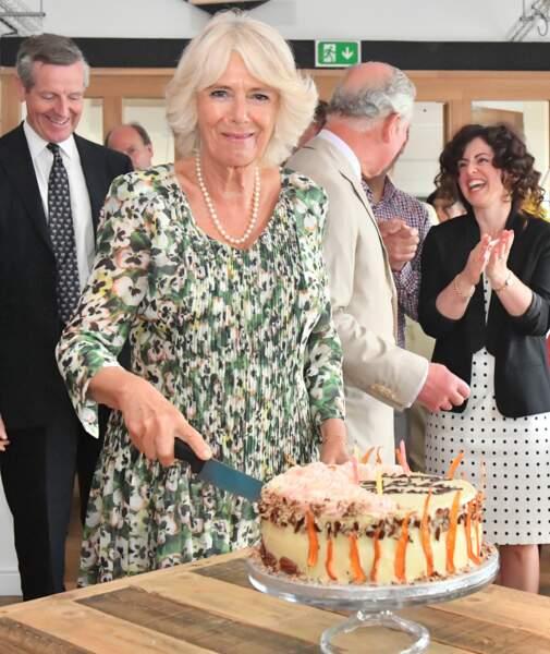 Camilla Parker Bowles découpe son gâteau d'anniversaire pour ses 71 ans ce mardi 17 juillet