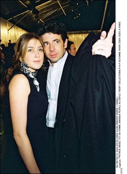 Patrick Bruel et Amanda Sthers lors de la fashion week de Paris, en 2004