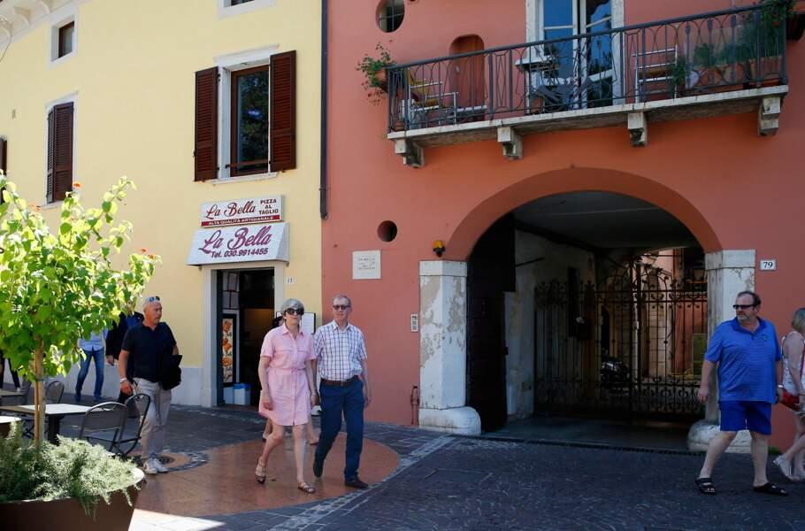 Loin des préoccupations du Brexit, elle profite de l'Italie avec son mari Philip