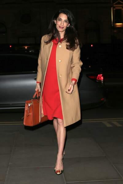 Enceinte des jumeaux Ella et Alexander, Amal Clooney toujours très élégante en trench et robe rouge