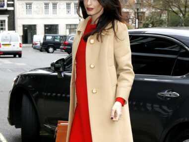Look - Amal Clooney dévoile son baby-bump dans une sublime robe rouge