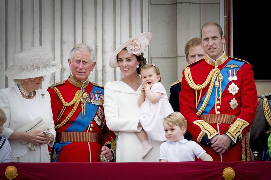 La fleur rose poudrée du chapeau de Kate, en rappel à la tenue de Charlotte, pour Trooping The Colour en juin 2016