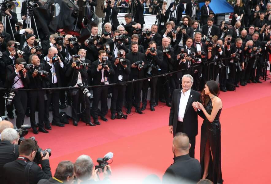 Alain Delon et Anouchka Delon font crépiter les flashs des photographes de la Croisette, le 19 mai 2019