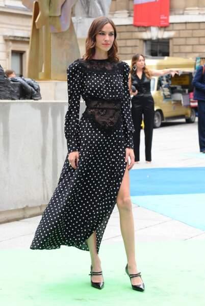 Alexa Chung, la it girl en robe à pois fendue