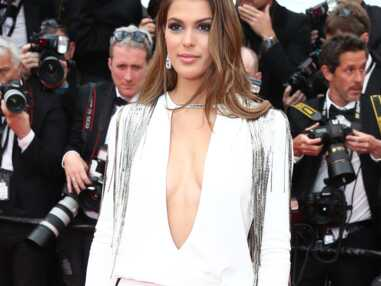 Cannes 2018 - Iris Mittenaere sculpturale en robe décolleté et fendue sur la Croisette