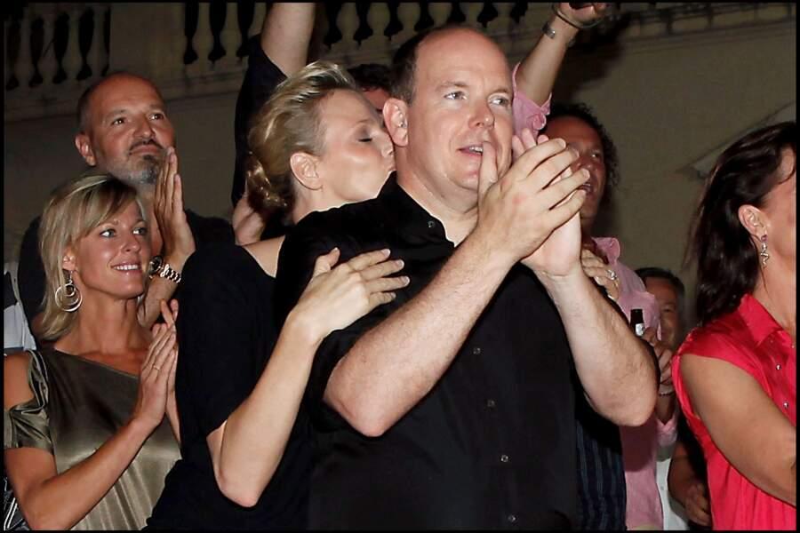Charlene embrasse Albert lors d'un concert sur la place du palais de Monaco en 2010