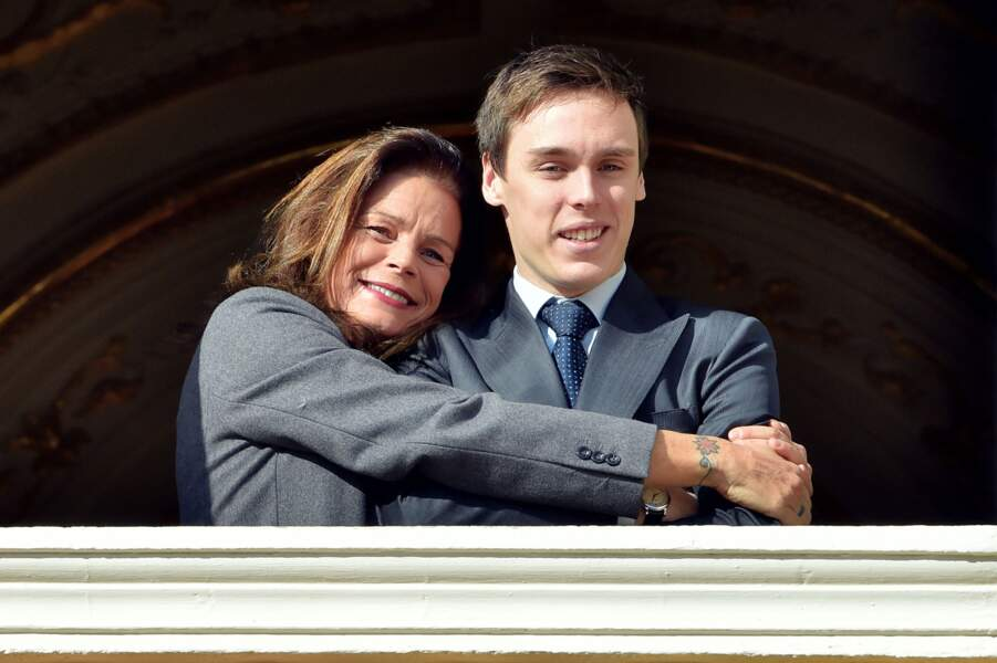 Stéphanie de Monaco enlace son fils Louis au balcon du palais princier à Monaco, le 7 janvier 2015