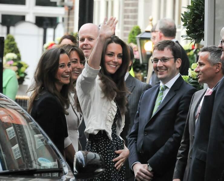 Le 28 avril 2011, Pippa et Carole Middleton accompagnent Kate devant l'hôtel Goring, la veille de son mariage