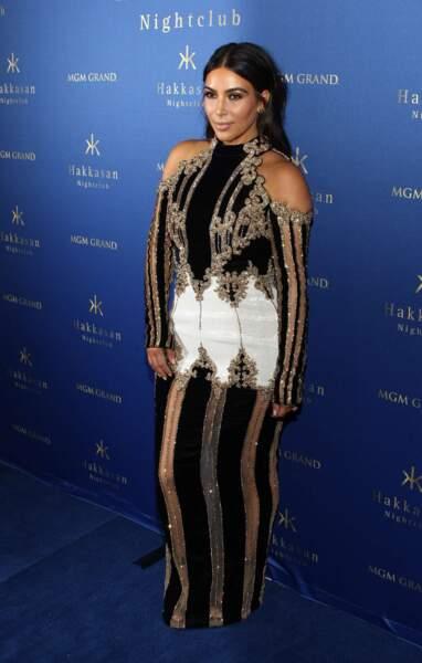 La mode a beau l'aduler, Kim n'est pas à l'abri de la faute de goût. Surtout quand elle se la joue sapin de Noël