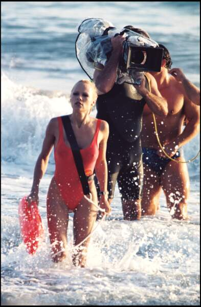 L'eau a l'air froide pour Pamela Anderson