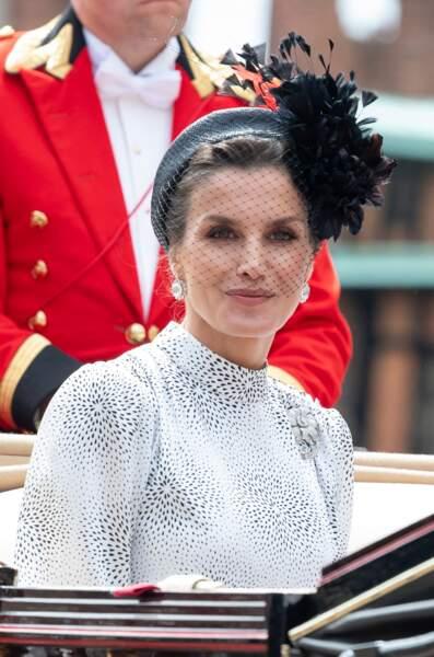 Letizia d'Espagne, une reine moderne en voilette et serre-tête large sur chignon bouclé le 17 juin
