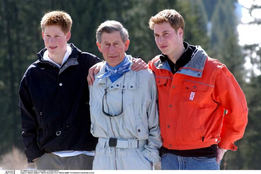 Le prince Charles, avec ses fils William et Harry en vacances à Klosters en Suisse en 2002