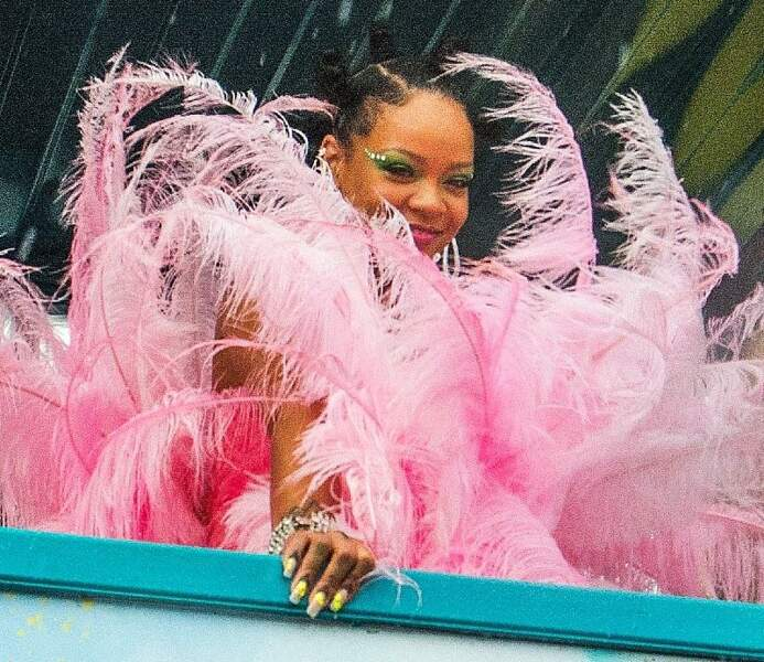 Son costume de plumes ne révèle que de subtiles parties de Rihanna : son visage et ses ongles vernis