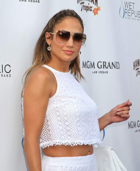 Jennifer Lopez en 2012 : ventre nu, lunettes de soleil xxl et cheveux lisses blonds
