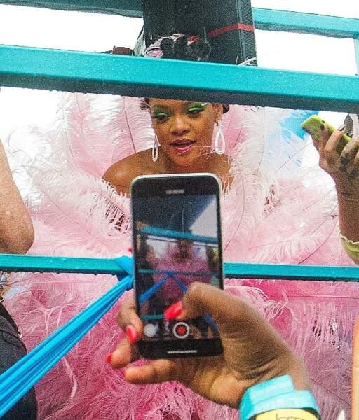 Faisant sensation, Rihanna voit braqués sur elles les téléphones et les appareils photos
