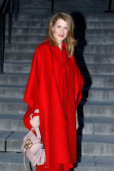 L'actrice américaine Laura Dern très élégante en long manteau rouge lors du défilé Valentino