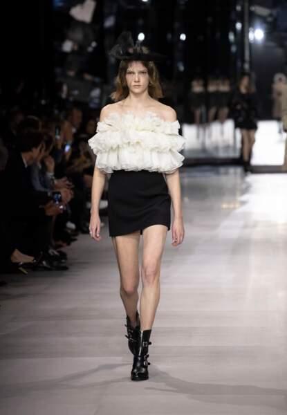 Le look de Rachel Weisz signé Celine by Hedi Slimane a défilé lors de la dernière fashion week de Paris.