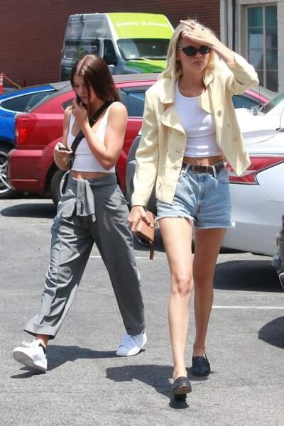 Sofia Richie ose le short en jean avec une ceinture et des mocassins