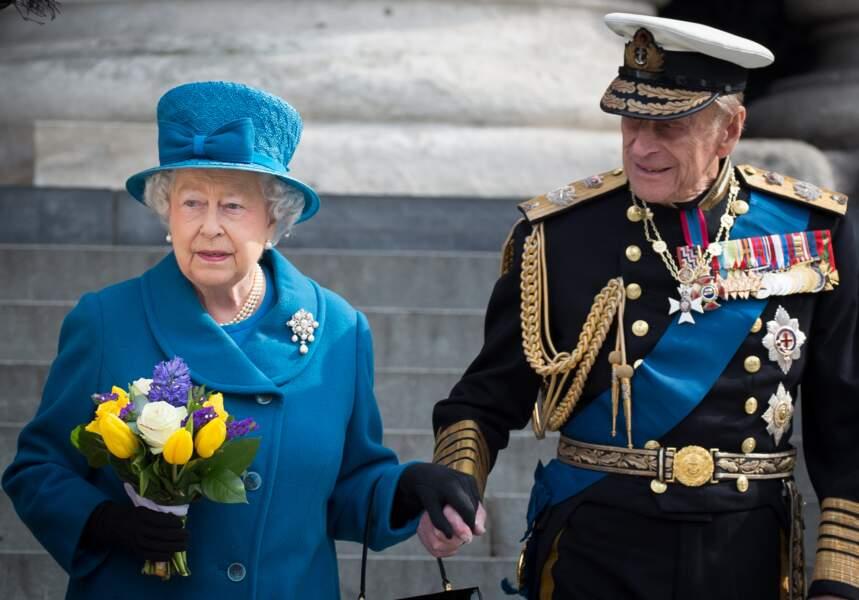 Elisabeth II et le prince Philip, main dans la main à la sortie de la cathédrale St Paul à Londres, le 13 mars 2015