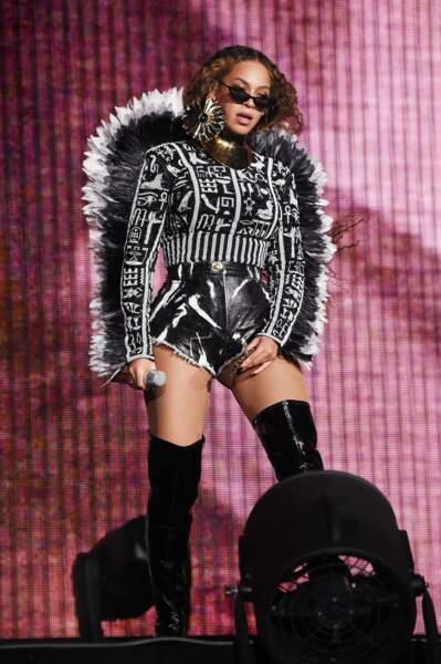 Beyonce impériale avec un costume hyper graphique signé Balmain et des cuissardes