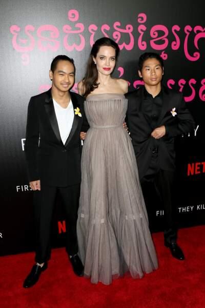 Angelina Jolie entourée de ses fils Maddox Jolie-Pitt et Pax Thien, de vrais gardes du corps