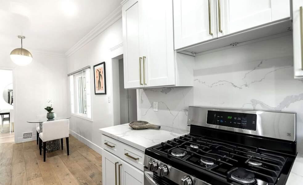 La cuisine épurée, est un espace plus étroit de cette maison de 185 m2 habitables.