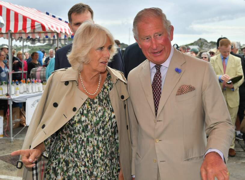 Petit moment de complicité entre Camilla Parker Bowles et le prince Charles pour l'anniversaire de cette dernière