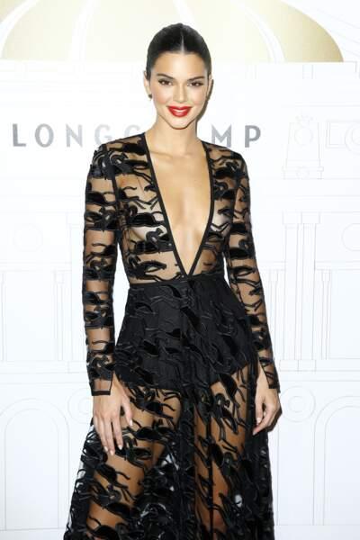 Kendall Jenner, nouvelle ambassadrice de Longchamp, rayonne dans sa robe aux broderies équestres.