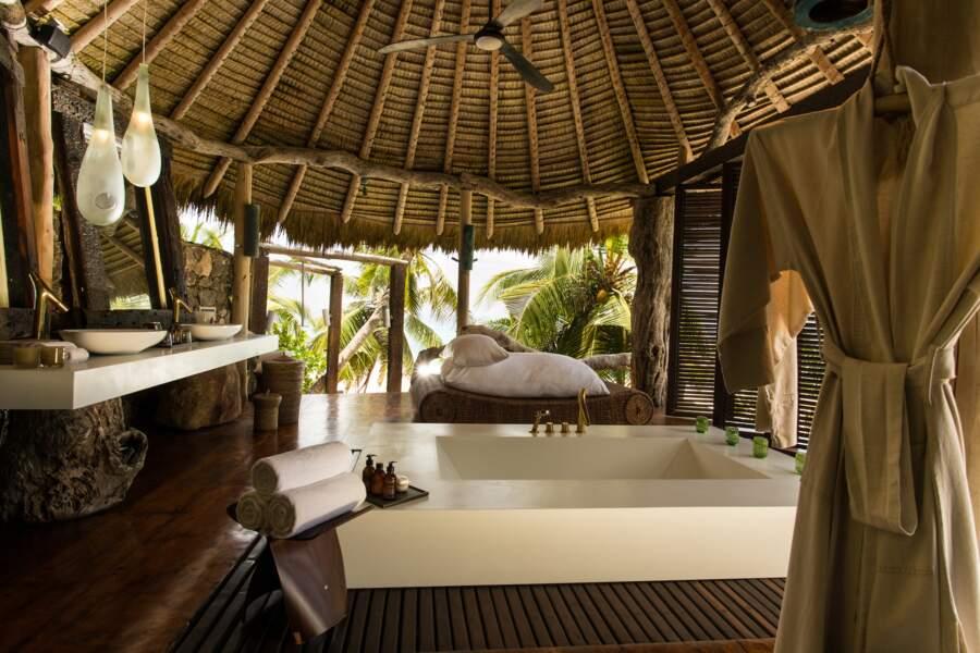 La salle de bains, ouverte sur l'extérieur, offre une vue splendide sur la végétation tropicale