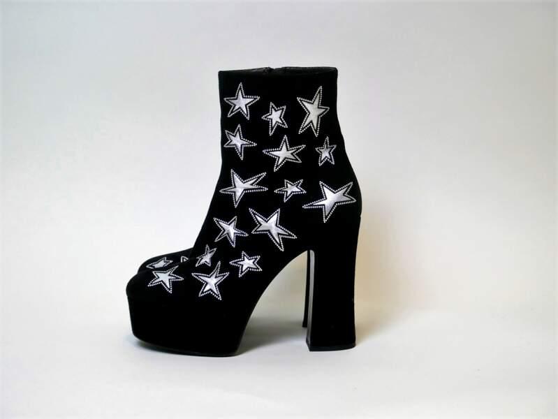 Ses bottines à plateformes et étoiles seront aux enchères. Un modèle comme la signature du style Jenifer !