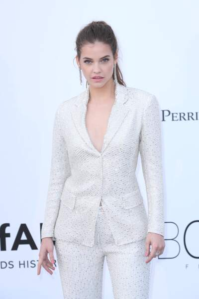 La top model Barbara Palvin a aussi choisi une tenue blanche lors de sa venue au festival de Cannes 2018.