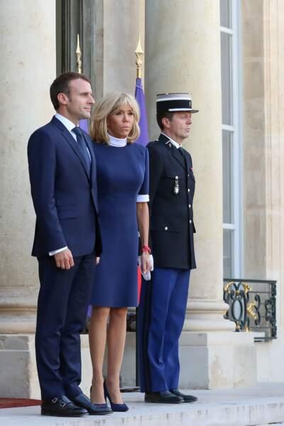 Brigitte Macron en robe bleue courte Louis Vuitton
