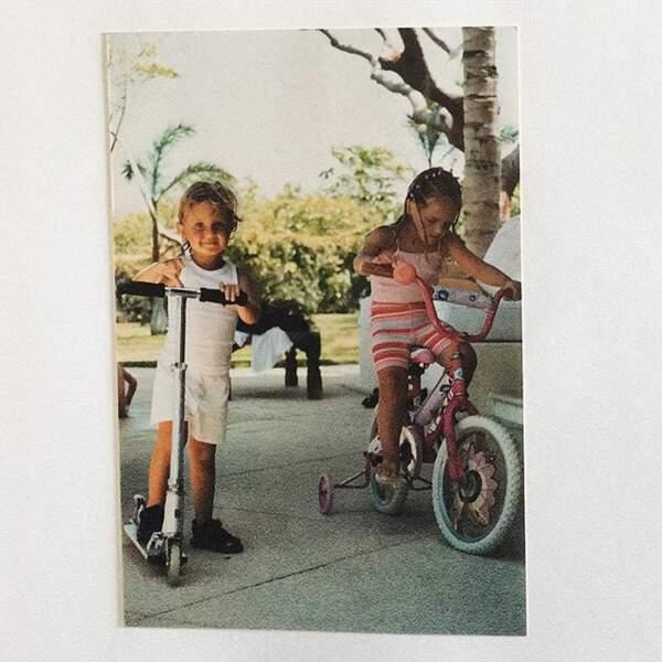 Elle partage régulièrement sur Instagram ses photos d'enfance, comme ici avec son cousin le mannequin Anwar Hadid