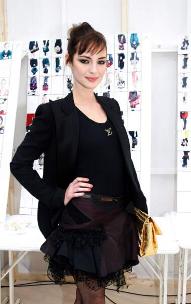Chez Louis Vuitton, Louise Bourgoin adopte un bun de danseuse et ourle ses yeux d'un khôl ultranoir