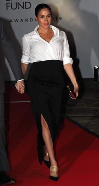 Meghan Markle impresionnante en chemise blanche et jupe Givenchy le 7 février 2019 à 7 mois de grossesse