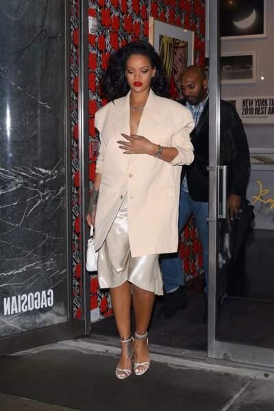 Rihanna mise aussi sur une coiffure stylée qui met ses cheveux sur le côté
