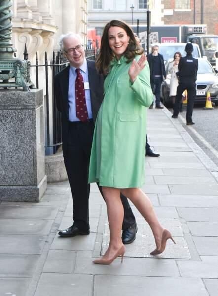 Kate Middleton radieuse à Londres en tenue vert pomme