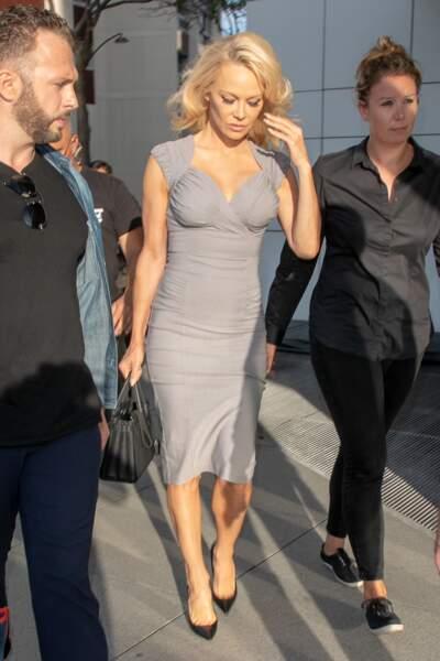 Pamela Anderson sublime en robe moulante grise à Paris