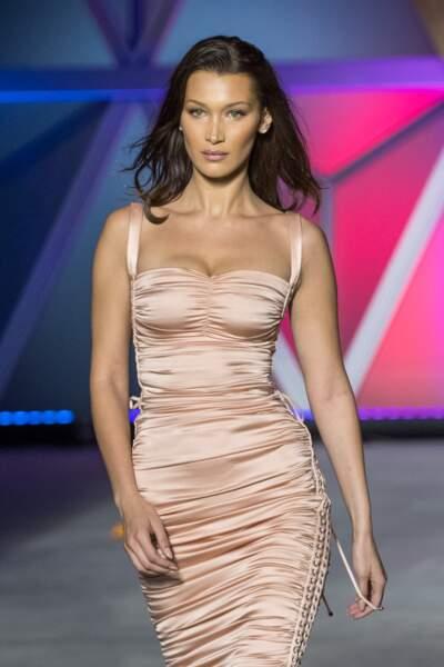 La somptueuse Bella Hadid en tenue moulante mode fourreau lors d'un défilé au festival de Cannes 2018.