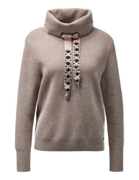 Sweat en laine et strass, 175 € (Madeleine).