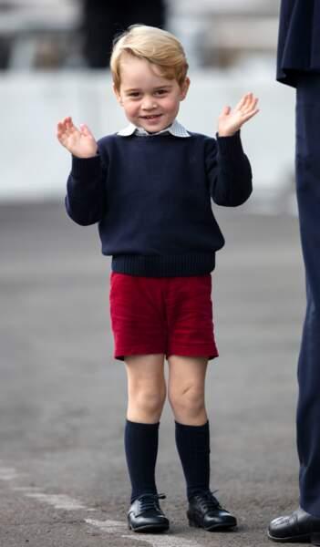 Le prince George adore les pull bleu marine qui met en valeur ses cheveux blonds