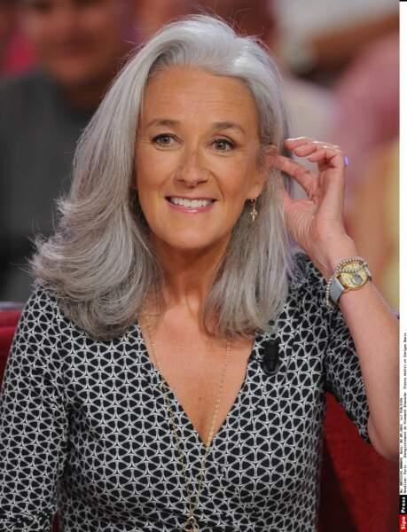 La romancière Tatiana De Rosnay cultive ses longs cheveux et un gris très chic