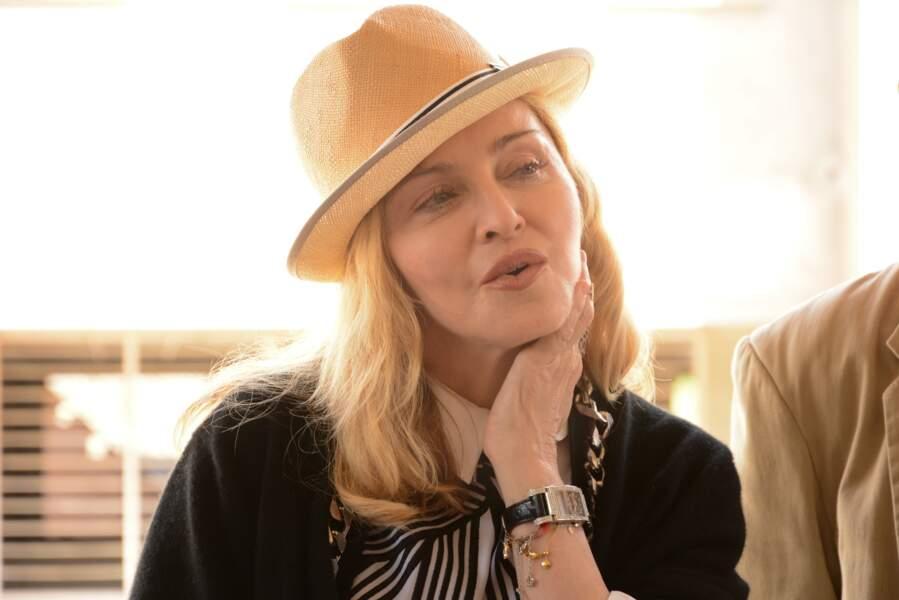 Madonna, coiffée d'un trilby lors d'un voyage au Malawi, en 2016