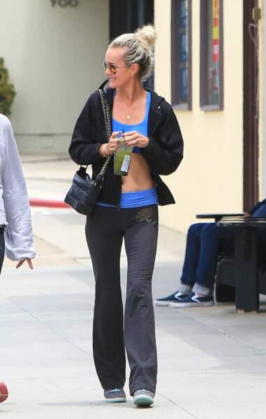 Laeticia Hallyday en tenue de sport bleue montre ses abdos pendant une balade à Los Angeles, le 4 juin 2018