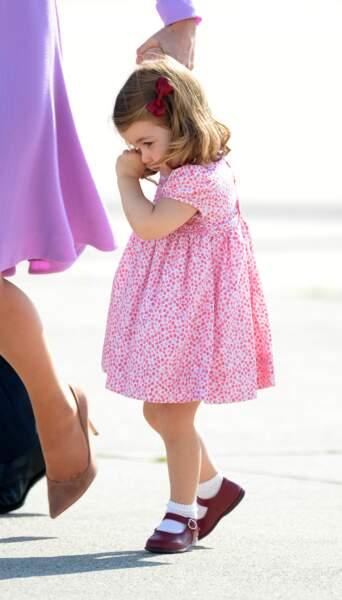 La princesse Charlotte en pleurs après une chute à l'aéroport de Hambourg, le 21 juillet 2017