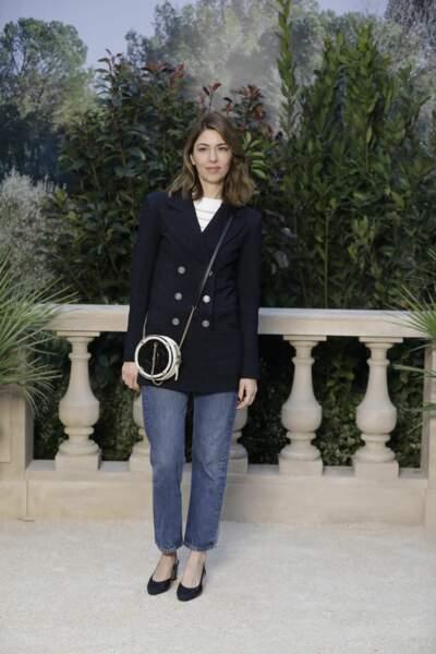 Sofia Coppola prend la pose dans le décor de Riviera italienne du défilé Chanel Haute-Couture.