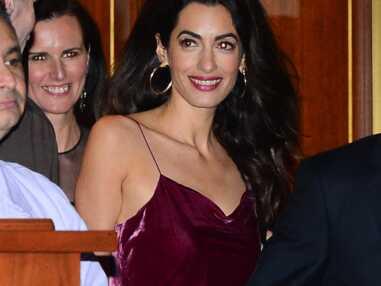 Amal Clooney ultra glamour en robe nuisette pour les 50 ans de Jennifer Aniston