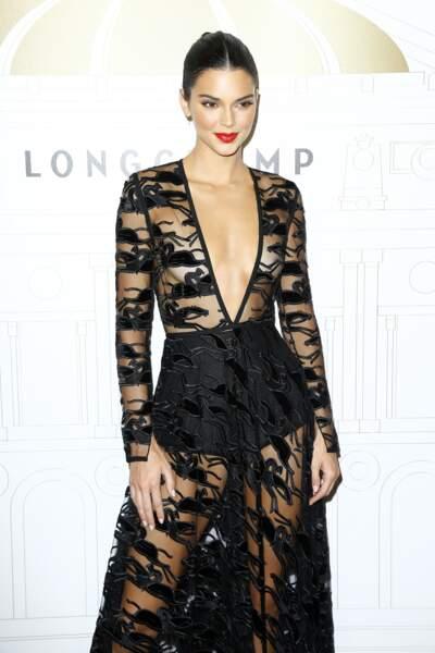 Kendall Jenner illumine le photocall Longchamp dans une robe transparente brodée de cavaliers, comme des emblèmes.
